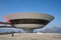 建築名: ニテロイ現代美術館  設計: オスカー・ニーマイヤー  カテゴリ:  美術館   建設: 1996年  所在地: ブラジル リオデジャネイロ州  ジャンル:モダニズム建築    Brazil, Rio De Janeiro, Niteroi, Modern Art musuem designed by arcitect Oscar Niemeyer