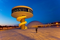 設計: オスカー・ニーマイヤー( 1907年- ) 国籍: ブラジルの建築家  年代: 20世紀  Oscar Niemeyer Cultural Center  Aviles  Asturias  Spain.