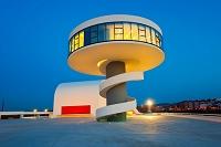 設計: オスカー・ニーマイヤー( 1907年 ) 国籍: ブラジルの建築家  年代: 20世紀  Oscar Niemeyer Cultural Center, Aviles, Asturias, Spain.