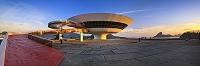 建築名: ニテロイ現代美術館  設計: オスカー・ニーマイヤー  カテゴリ:  美術館   建設: 1996年  所在地: ブラジル リオデジャネイロ州  ジャンル:モダニズム建築    Brazil, Rio de Janeiro, Atlantic ocean, Niteroi, MAC Museum of Contemporary Art by Oscar Niemeyer, Sugarloaf Mountain and Christ the Redeemer in background