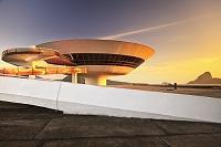 建築名: ニテロイ現代美術館  設計: オスカー・ニーマイヤー  カテゴリ:  美術館   建設: 1996年  所在地: ブラジル リオデジャネイロ州  ジャンル:モダニズム建築    Brazil, Rio de Janeiro, Atlantic ocean, Niteroi, MAC Museum of Contemporary Art by Oscar Niemeyer, Sugarloaf Mountain in background