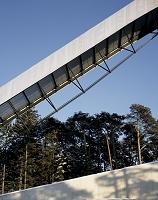 建築名: ベルクイーゼル・ジャンプ台  設計: ザハ・ハディド  建設: 2002年  カテゴリ: スポーツ施設  所在地: オーストリア インスブルック