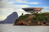 建築名: ニテロイ現代美術館  設計: オスカー・ニーマイヤー  カテゴリ:  美術館   建設: 1996年  所在地: ブラジル リオデジャネイロ州  ジャンル:モダニズム建築  Brazil, Rio de Janeiro, The Niter?i Contemporary Art Museum MAC by Oscar Niemeyer,  Degree/eStock Photo