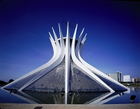 設計: オスカー・ニーマイヤー( 1907年- ) 国籍: ブラジルの建築家  年代: 20世紀   Brasilia cathedral in Brasilia, Brazil, 1958.