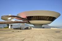 建築名: ニテロイ現代美術館  設計: オスカー・ニーマイヤー  カテゴリ:  美術館   建設: 1996年  所在地: ブラジル リオデジャネイロ州  ジャンル:モダニズム建築  South America, Rio de Janeiro, Niteroi, Oscar Niemeyer's Contemporary Art Museum (MAC Niteroi) in the late afternoon light, with Guanabara Bay, Rio de Janeiro, Brazil, South America