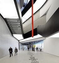 建築名: イタリア国立21世紀美術館  設計: ザハ・ハディド  建設: 2000年  カテゴリ: 美術館 公共施設  所在地: イタリア ローマ  MAXXI  National Museum of the 21st Century Arts, Art Gallery, Europe, Italy, , 2009, Zaha Hadid Architects. interior view of lobby.
