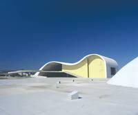 設計: オスカー・ニーマイヤー( 1907年- ) 国籍: ブラジルの建築家  年代: 20世紀  Popular Theatre, Caminho Niemeyer, Niteroi, Rio de Janeiro., Architect:Oscar Niemeyer