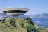 建築名: ニテロイ現代美術館  設計: オスカー・ニーマイヤー  カテゴリ:  美術館   建設: 1996年  所在地: ブラジル リオデジャネイロ州  ジャンル:モダニズム建築    Contemporary Art Museum, Niteroi, Rio de Janeiro, Brazil, South America