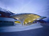 設計: ザハ・ハディド ( 1950年 - ) 国籍: イラクの建築家 年代: 20世紀  Hungerburg Station, Nordkettenbahnen, Nordpark, Innsbruck, Austria., Architect: Zaha Hadid with Patrik Schumacher