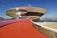 建築名: ニテロイ現代美術館  設計: オスカー・ニーマイヤー  カテゴリ:  美術館   建設: 1996年  所在地: ブラジル リオデジャネイロ州  ジャンル:モダニズム建築    MAC - Museu de Arte Contemporanea de Niteroi, Rio de Janeiro.  1996. Architect:  Oscar Niemeyer, Architect: Oscar Niemeyer