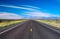 アメリカ合衆国 テキサス州 砂漠と高速道路
