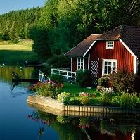 スウェーデン 水辺の赤い家