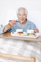 食事をするシニア日本人男性