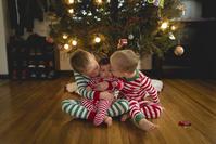 クリスマスを過ごす兄弟