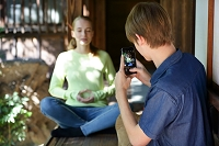 彼女の写真を撮る若い外国人男性