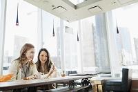 カフェでくつろぐ外国人ビジネス女性