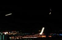 東京都 着陸する飛行機の光跡