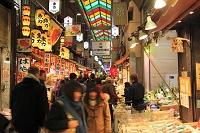 京都府 年の瀬の錦市場と買い物客