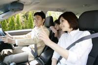 ドライブをする家族