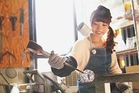 吹きガラスを体験する日本人女性