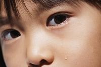 泣いている日本人の女の子の目