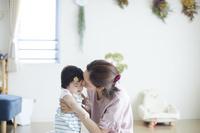 赤ちゃんの世話をする母親