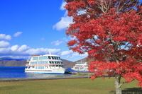 青森県 紅葉の十和田湖と遊覧船