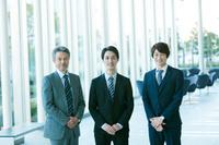 並んで立つ日本人ビジネスマン