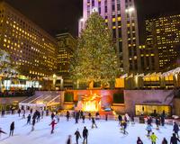 ニューヨーク ロックフェラーセンターのクリスマスツリーとアイ...