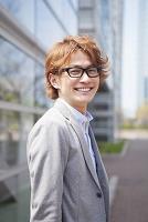 眼鏡をかけた笑顔の男性