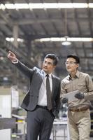 工場で働くビジネスマン外国人ビジネスマン