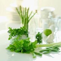 テーブルの上の緑の野菜