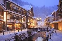 日本 山形県 雪の銀山温泉の夕景