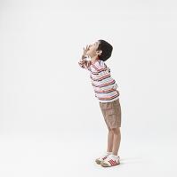 口に手をあて声をだす日本人の男の子