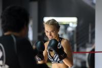 キックボクシングのトレーニングをする女性