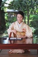 書道をする着物の日本人女性