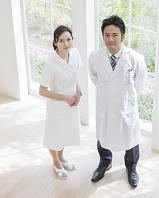 窓辺に立つ医者と看護師