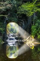 千葉県 朝日差す濃溝の滝・亀岩の洞窟