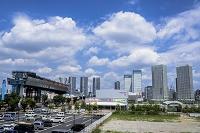 晴海大橋の首都高速道路建設工事と新豊洲、晴海のビル群