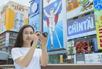 道頓堀で写真を撮る日本人女性
