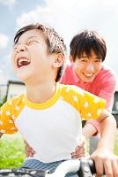 自転車で遊ぶ日本人親子