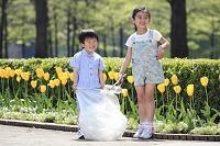 公園のゴミを拾う日本人の子供