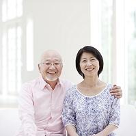 笑顔で寄り添うシニア夫婦