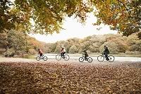 サイクリングする外国人家族