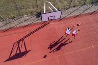 バスケの1on1をする男性