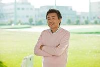 ゴルフ 腕組みをする熟年男性