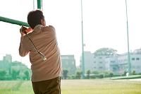 ゴルフをする熟年男性の後姿