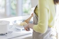 キッチンで調理する日本人女性
