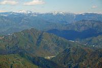 三重県 錫丈岳から御在所岳(中央)と雨乞岳(左)遠望