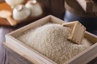 米櫃に入った白米と枡